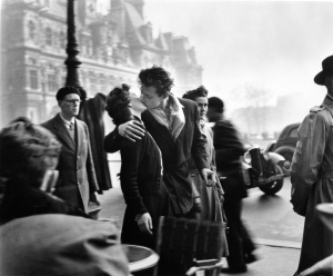 1_-il-bacio-dellhotel-de-ville-1950_c2a9-atelier-robert-doisneau
